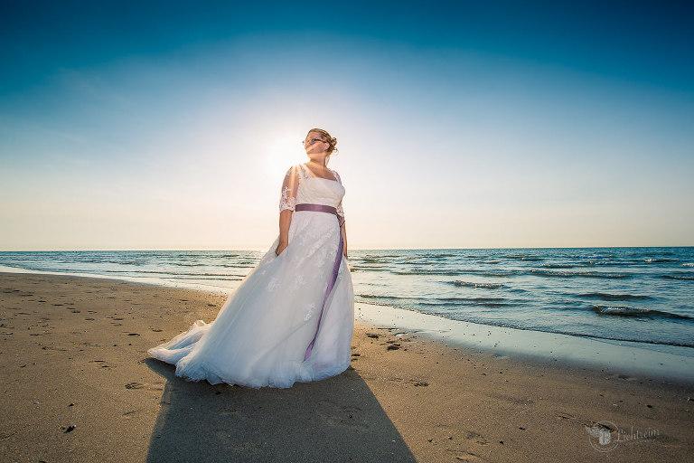 Braut am Strand Abendsonne