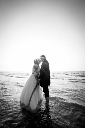 Hochzeitspaar im Wasser an der Nordsee in Holland
