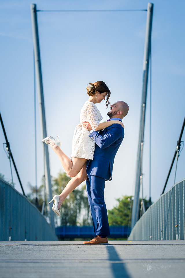 Glückliches Hochzeitspaar auf der Brücke im Innenhafen - Duisburg