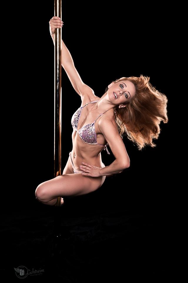 Pole Dancerin Alex schwingt an der Stange