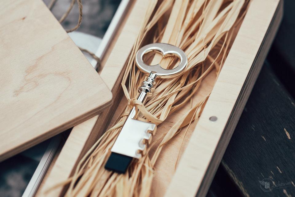 USB Stick auf Stroh