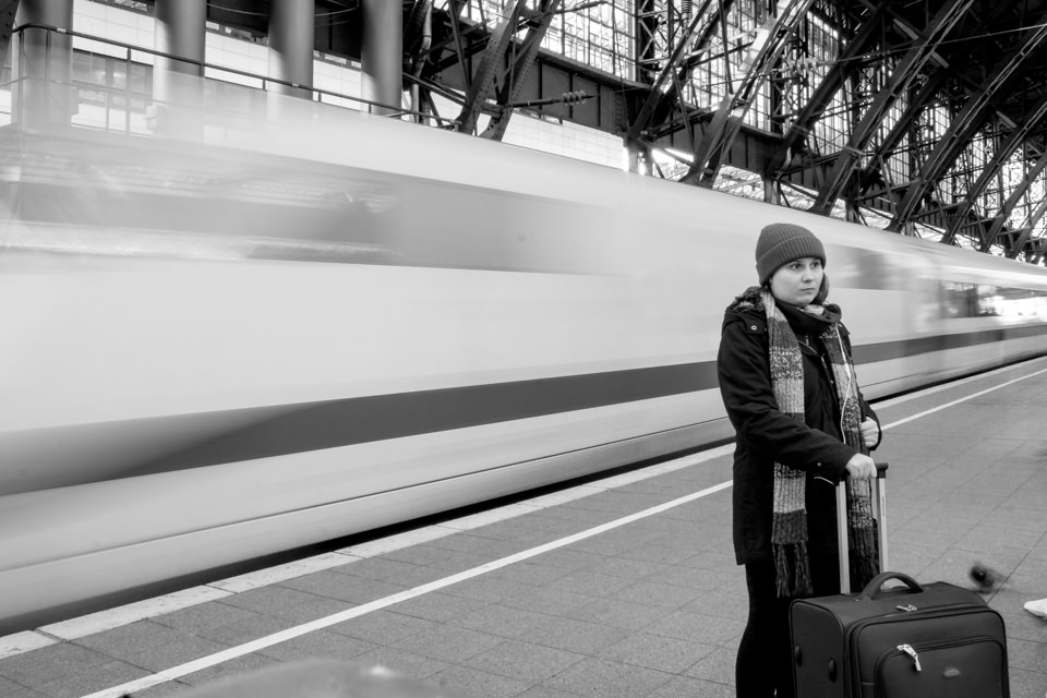 Reisender wartet am bahnsteig